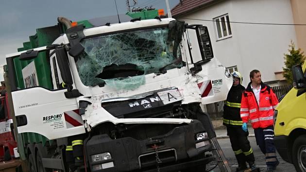 V Rousínově se srazilo popelářské auto s kamionem.