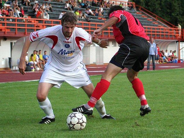 V prvním divizním zápase sezony Lukáš Koláček (v bílém) a jeho vyškovští spoluhráči nedokázali zúročit výhodu vlastního hřiště a podlehli Hodonínu. V neděli budou mít možnost nápravy, musí ale zdolat hosty z Otrokovic.