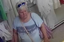 Policisté chtějí mluvit s klíčovou svědkyni krádeže, ke které došlo ve vyškovské prodejně textilu.