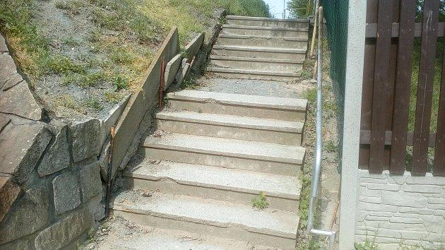 Schody na vlakové nástupiště ve Zbýšově jsou podle cestujících i starosty nevyhovující.