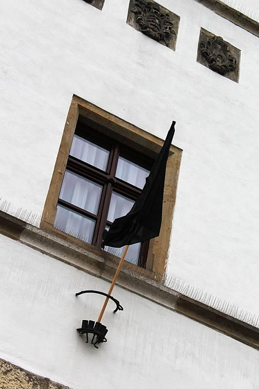 Projev soucitu a solidarity ve Vyškově: na radnici vlaje po pařížských událostech černá vlajka.