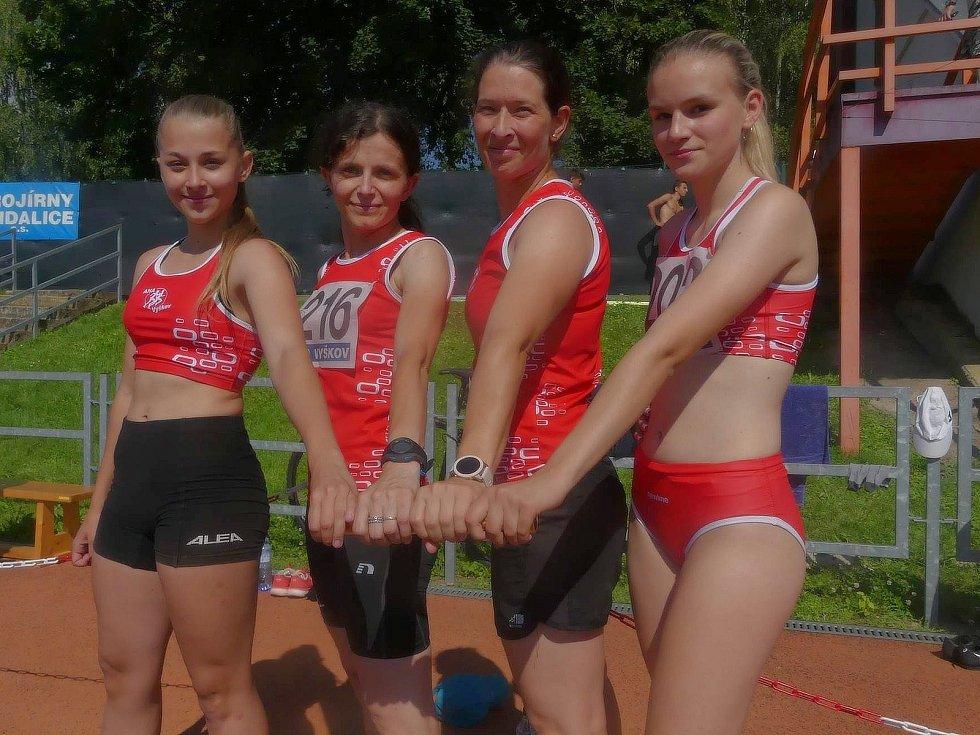 Kristýna Sedláková (druhá zprava), členka družstva AK AHA a trenérka Vyškova 2020.