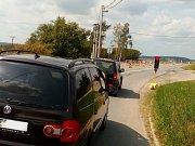 Na začátku Lhoty směrem od Rychtářova už za několik málo týdnů zbrzdí řidiče vjezdová brána.