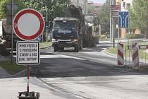 Kvůli opravě povrchu uzavřeli Žižkovu ulici. Ve městě se tvoří kolony.