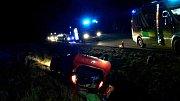 U Brankovic na Vyškovsku se zranil jeden člověk. Osobní auto skončilo na střeše v příkopu.