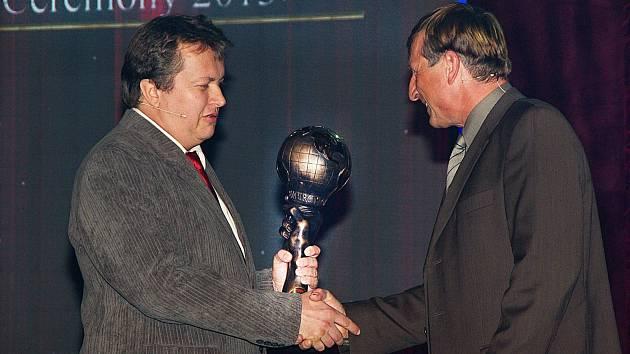 Radovan Šejvl z Bučovic převzal cenu za svůj vzdělávací projekt z rukou herce Václava Vydry.