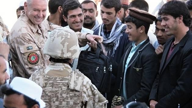 Vojáci z bučovické posádky pomáhají na své misi v Afghánistánu místním dětem. Studentům připravili soutěž v matematice.