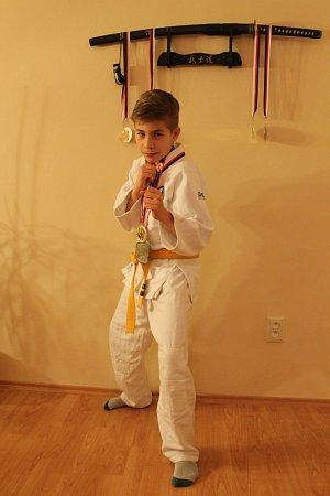 Devítiletý Adam Kaňa se věnuje brazilskému ju-jitsu. Stěžejní je dostat protivníka na žíněnku a nasadit mu nějakou páku. Důležitou složkou ju-jitsu jsou icílené údery a kopy za účelem protivníkova ochromení.