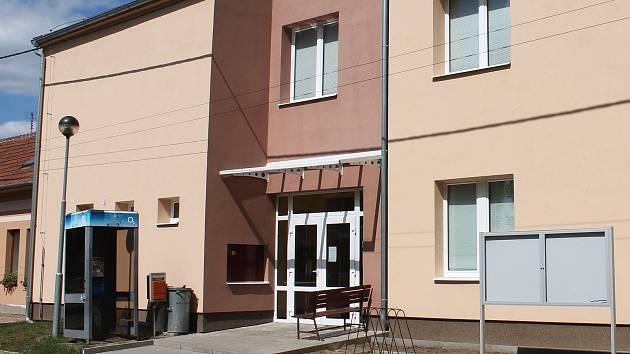 Na chodbě křižanovického obecního úřadu zbili dva muži starostu Lubomíra Cenka.