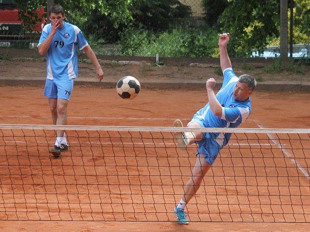 V utkání 6. kola II. ligy nohejbalistů porazil domácí R.U.M. Holubice (světle modré dresy) Sokol Zbečník 6:3.
