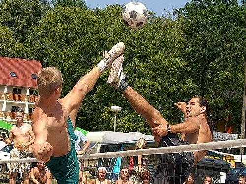 Martin Müller (vlevo) bojuje se soupeřem na Vranově o úspěch týmu Vyškova.