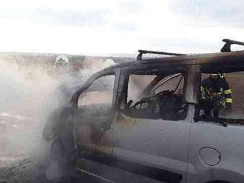 Za čtvrt hodiny dostali ve středu odpoledne vyškovští profesionální a švábeničtí dobrovolní hasiči pod kontrolu požár motoru dodávky u Ivanovic na Hané.