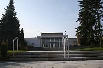 Na úpravě venkovních ploch i vnitřních prostor smuteční síně ve Vyškově se pracovalo už od července.