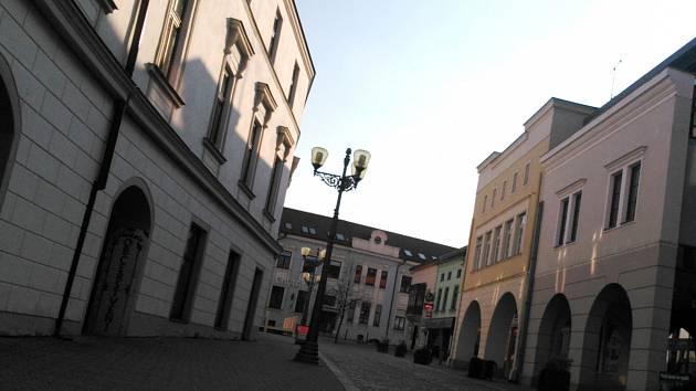 Aby řidiče odradili od vjezdu do pěší zóny, chtějí v Husově ulici ve Vyškově přemístit květináče blíž ke kruhovému objezdu. Manévrovat v ulici tak bude těžší.