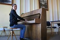 Mladá klavíristka a zpěvačka z Vyškova Alena Holásková.