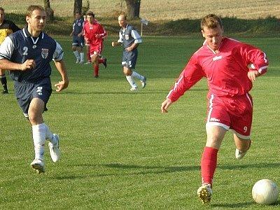 Němčanský fotbalista Lukáš Ledvina (u míče) dobře ví, že ho spolu s týmovými spoluhráči nečeká žádné klidné jaro. Němčany ale udělají vše, aby boj o udržení v soutěži zvládly.