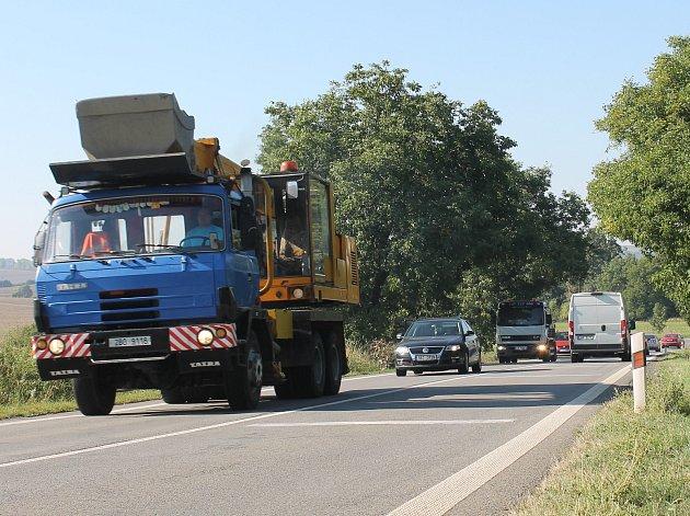 Silnici II/430 opravují a provoz je řízený také semafory.