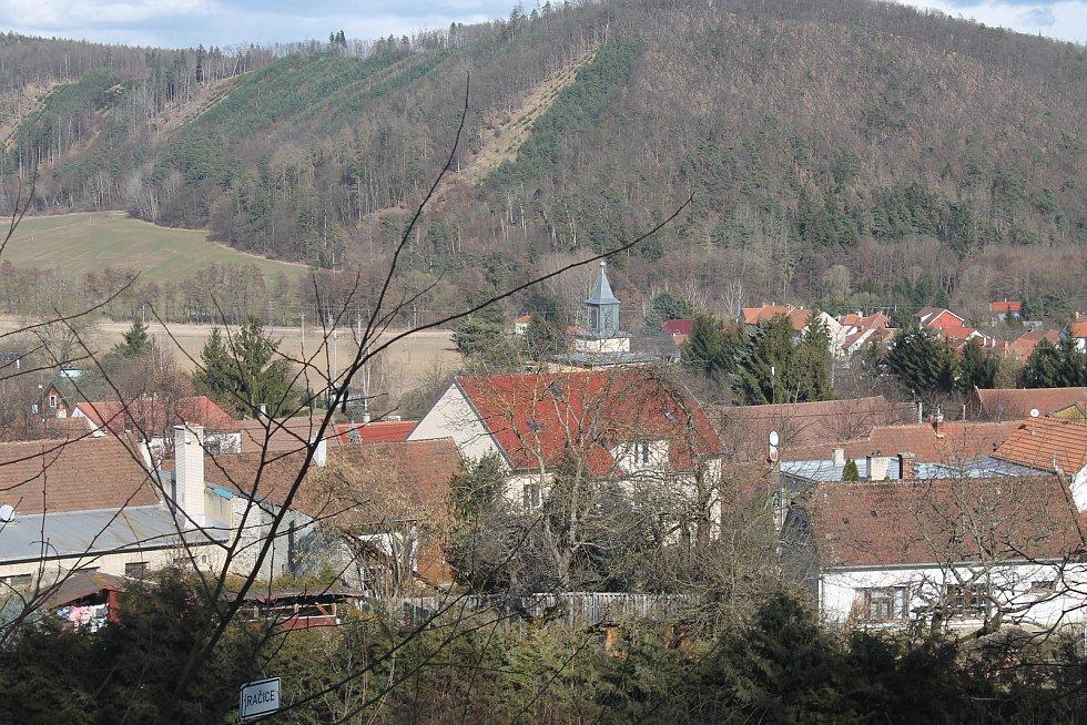Zámek Račice a jeho okolí.