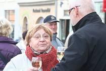 Vyznavači svěžích ovocných chutí se dočkají v pátek. Na svátek svatého Martina jako tradičně zavítají na Masarykovo náměstí ve Vyškově pracovníci místní charity. A jako vždy lidem nabídnou právě Svatomartinská vína.