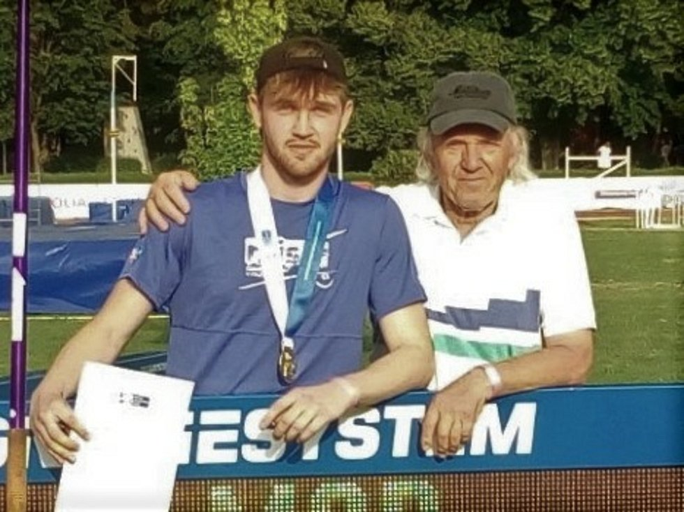 Atleti Orla Vyškov na MČR dorostu a juniorů. Jan Jakub Čáp s trenérem Antonínem Zabloudilem.