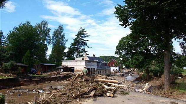 Zničené Heřmanice, kde si jinak klidná říčka Oleška razantně vytvořila nové, obrovské koryto a brala vše, co jí stálo v cestě.