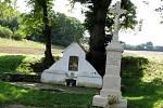 Vedle studánky U Svaté je opravená kaplička a kříž.