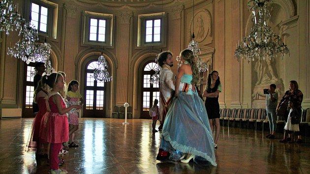 Nedělní odpoledne nabídlo návštěvníkům zámku ve Slavkově pohádku o Popelce.