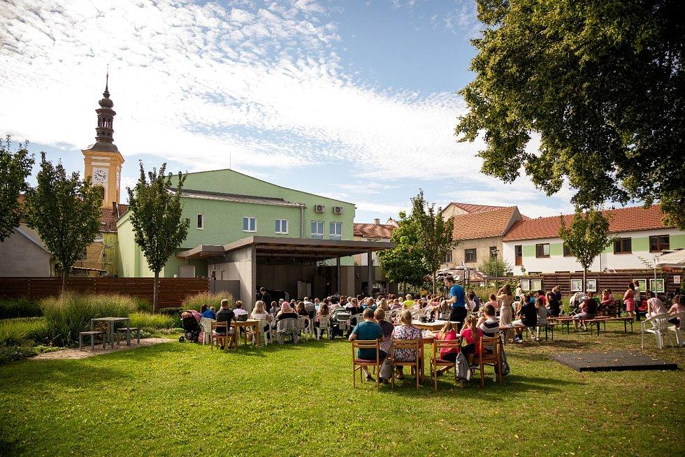 Rousínovský divadelní festival poprvé. Zátěžovou zkouškou prošlo i nové venkovní podium.