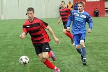 Vpravo v modrém vyškovský střelec rozhodujícího gólu Milan Maruška.