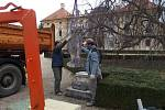 Ve Slavkově opravovali sochy v tamním zámeckém parku.
