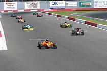 Ani Lewis Hamilton, ani Fernando Alonso do Slavkova nezamíří. Mistrovství Evropy rádiem řízených modelů velkých měřítek, tedy formulí a cestovních vozů, přesto slibuje všechna lákadla, která motorismus obecně nabízí.