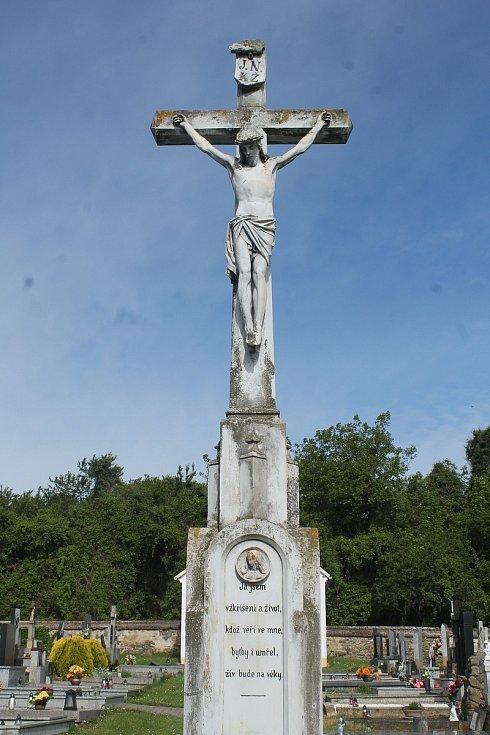 Kříž na hřbitově v Drysicích.