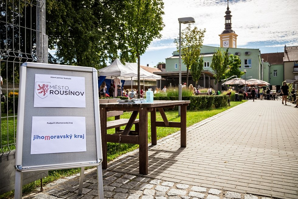 Park za Záložnou s novým podiem. Podium i festival podpořil finančně Jihomoravský kraj.