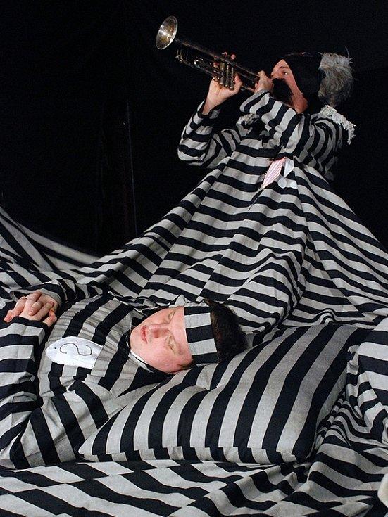 Herectví vyškovských ochotníků se podle porotců Divadelního Kojetína vyznačovalo výraznou groteskní stylizací