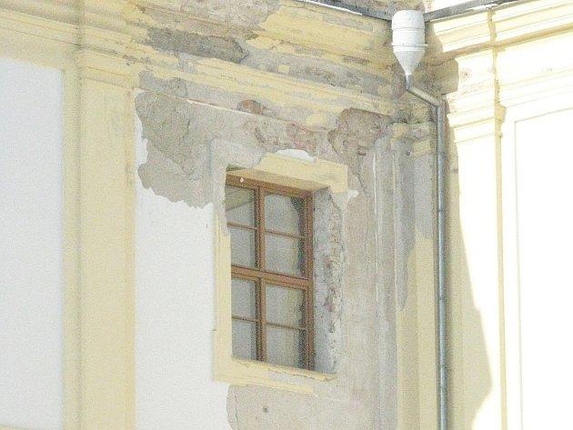 Za opadávání omítky na slavkovském zámku může špatná střecha.