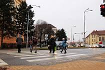 Zelenou mají nově chodci na přechodu u školy Nádražní 5 o dvě vteřiny delší.