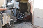 Domíchávač natlačil auto na dům. Nikdo se při nehodě nezranil, nehoda však odřízla některé obyvatele od plynu či elektřiny.