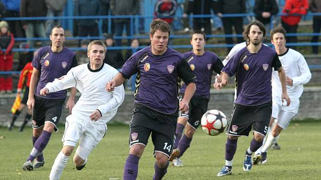 Po třech výhrách byli fotbalisté Rostexu poraženi v Novém Městě na Moravě od SFK Vrchovina (v bílém zleva Maruška a Machálek).  Na Vyškovské platila místy až přehnaná tvrdost domácích.