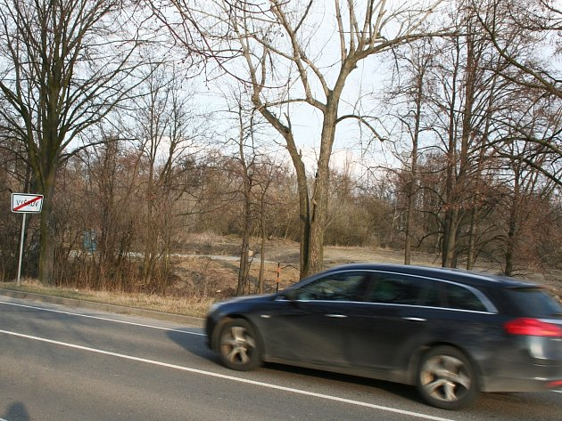 Přípravné práce pro stavbu vyškovské bioplynové stanice, která má vyrůst u letiště blízko silnice na snímku, začaly.