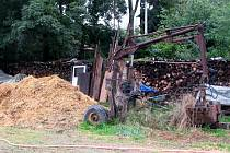Množství odpadků lemuje břeh řeky Hané u polní cesty z vyškovské místní části Dědice do Opatovic.