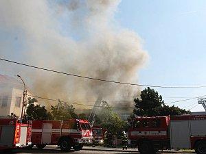 Kulturní dům v Drnovicích v pátek zachvátily plameny.