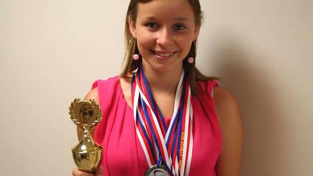 Čtrnáctiletá Ivona Skoupá už sedm let soutěží v několika různých tancích. Vyhrává jednu medaili za druhou. Smířila se i s tím, že koníčku věnuje značnou část svého volného času, a proto nemá možnost dělat i něco jiného. Živit se tancem však nechce.