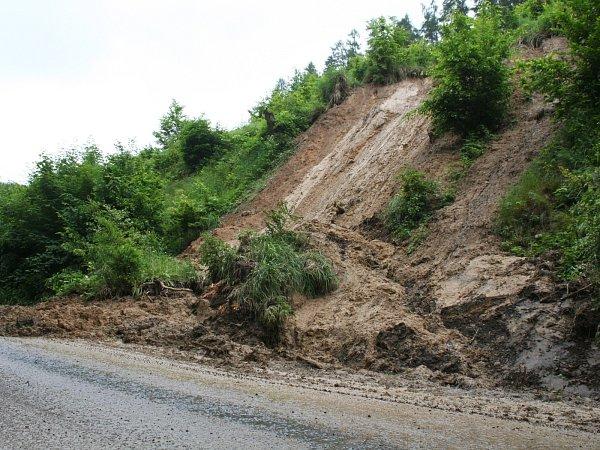 Řidiče čeká na cestě zRačic do Bukovinky omezení kvůli sesunutému svahu.