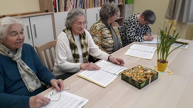 Skupinka deseti až patnácti seniorů se setkává nad nejrůznějšími tématy.