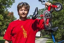 Sedmatřicetiletý zámečník Martin Zehnal z Hrušek nejen, že jízdní kola sbírá, on si je i vymýšlí a sestavuje.