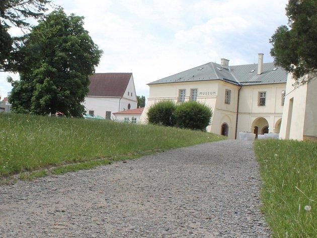 Na opravené nádvoří před Muzeem Vyškovska radnice naváže rekonstrukcí částečně nevyhovujících pěších tras. Postaví i novou přístupovou cestu k muzeu.