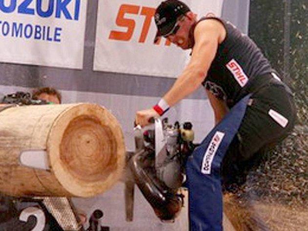 Síla a rychlost. Nejen to předvede nejlepší český závodník v timbersportu Martin Komárek (na snímku) při sobotní pístovické akci.