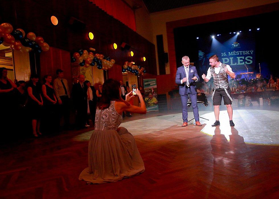 Městský ples ve Slavkově u Brna nabídl mimo hudby a tance i vystoupení kouzelníka.
