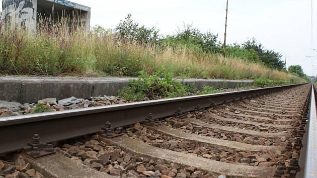Vlak na železniční trati Brno – Přerov přestal ve velešovické železniční zastávce stavět v prosinci roku 2005.