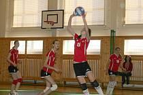 V červeném hrající vyškovské volejbalové juniorky neměly se sokyněmi závažnější problémy.